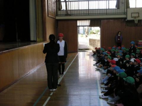 代表の児童に校長先生から表彰状