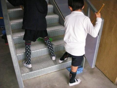 この階段は、毎日たくさんの土が落ちるので掃除が大変です。