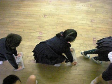 教室の床は木なので空ぶき