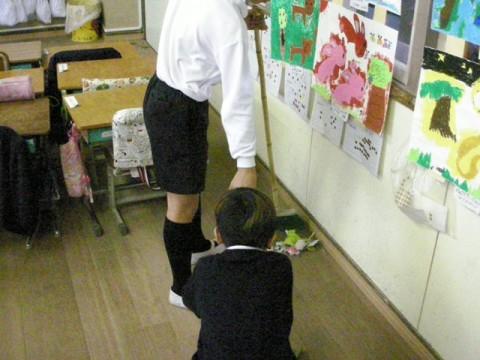 1年生の教室は掃除の仕方を教えながら、6年生がいっしょにしてくれます。